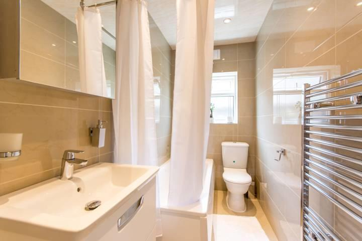 2 Bedrooms Flat for sale in Cecil Road, London